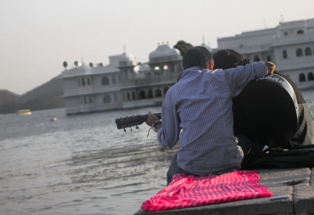 Udaipur, Guitar players in front of Lake Palace Hotel